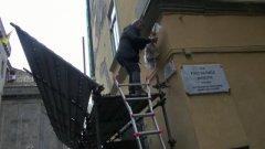 Napoli. Omaggio a Pino Daniele, una targa e la sua chitarra in una strada