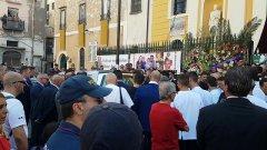 Torre Annunziata, i funerali delle 8 vittime del crollo. Applausi e commozione