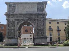 Arco Traiano colpito da atti vandalici