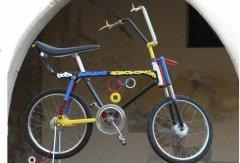 Foto bicicletta giovane artista scaramantico