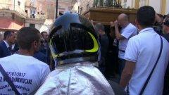 Crollo di Torre Annunziata, il pompiere indossa il casco per salutare le vittime