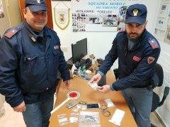 Spaccia hashish e cocaina in strada: pusher