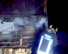 Autocarro in fiamme a Ponte. Indagano i Carabinieri