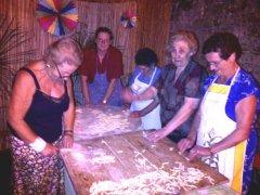 Paupisi, le massaie preparano i cecatielli