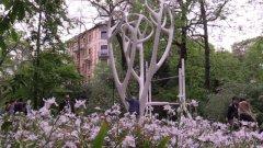Design. Fuori Salone 2016, Brera: dal lampadario con topazi all'albero dall'anima digitale