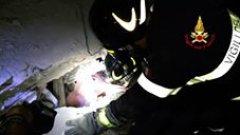 Terremoto Ischia - I Vigili del fuoco estraggono un neonato dalle macerie (22 agosto 2017)