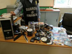 Guardia di Finanza. DVD pirata sequestrati (foto di archivio)