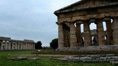 Paestum, il tempio di Nettuno invaso dai turisti