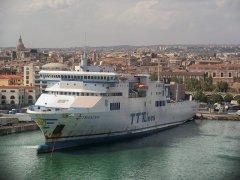 Traghetto nel porto di Catania (Sicilia)