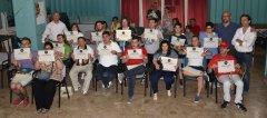 I partecipanti del Progetto Ibidem, corso di fotografia per disabili, mostrano orgogliosi i loro attestati di partecipazione