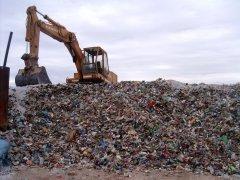 Escavatore al lavoro nella discarica