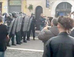 Benevento. Protesta dei centri sociali contro Renzi. Scontri con la Polizia