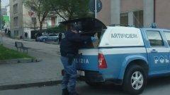 Gli artificieri.della Polizia rimuovono la bomba carta inesplosa