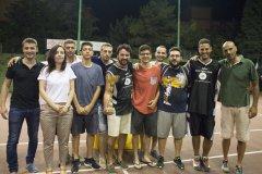 Simona Donatiello consegna il trofeo _Giuseppe Donatiello_ a Pi Greco Salute, vincitrice torneo di baske