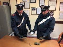 Carabinieri, Frasso Telesino. Sequestro droga e coltelli a serramanico