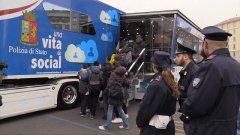Cyberbullismo: a lezione di social sul bus della polizia postale