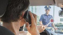 Sicurezza al volante. Controlli della Polizia per impedire l'uso del cellulare alla guida