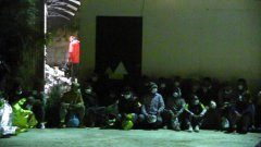 Lampedusa. Hotspot pieno: imigranti dormono fuori dal centro