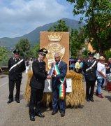 Foglianise dona una scultura in paglia ai Carabinieri di Montesarchio