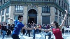 Flash mob con Roberto Bolle invade il centro di Napoli