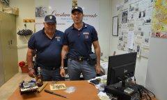 Il materiale sequestrato allo spacciatore arrestato nella Villa Comunale