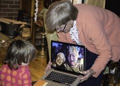 Nonni e computer, divario digitale