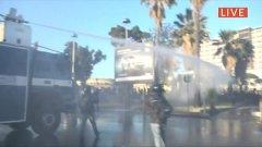 Napoli: manifestanti lanciano sassi e petardi, polizia risponde con idrante e fumogeni