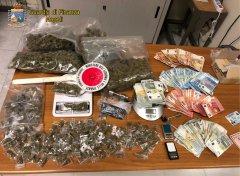 Napoli - Guardia di Finanza - sequestro droga e contanti