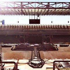 Coldplay in concerto a Milano: allestimento del palco in timelapse