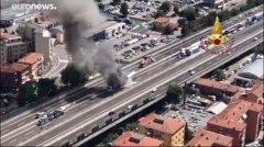 Bologna. Scontro tra camion sulla A14, un morto