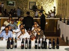 Wine tasting (foto di archivio)