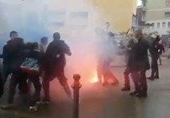 Renzi accolto dalle proteste anche a Benevento. Tafferugli dei manifestanti con la Polizia