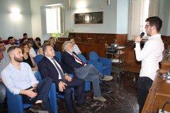 Uno studente del G.B. Lucarelli illustra il progetto F.A.T. nella Sala Consiliare della Provincia di Benevento