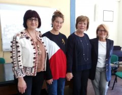 Beatrice Bianco con la preside e le docenti