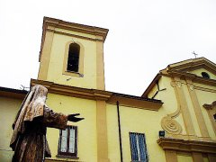 foto IL QUADERNO.IT - Le crepe visibili dall'esterno sul campanile della Chiesa Madre di Faicchio