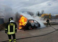 Auto in fiamme Cerreto Sannita