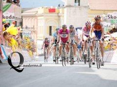 Benevento - L'arrivo del gruppo maglia rosa (Foto: Lorenzo Palmieri)