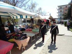 Carabinieri in servizio al mercato (foto di archivio)