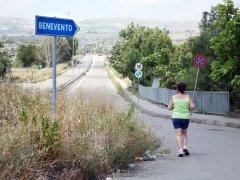 Via Antico Sannio - Una donna corre tra le erbacce