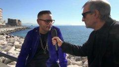 Rocco Hunt sul lungomare di Napoli