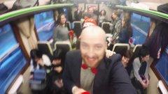 Il Natale dei pendolari: è festa in carrozza